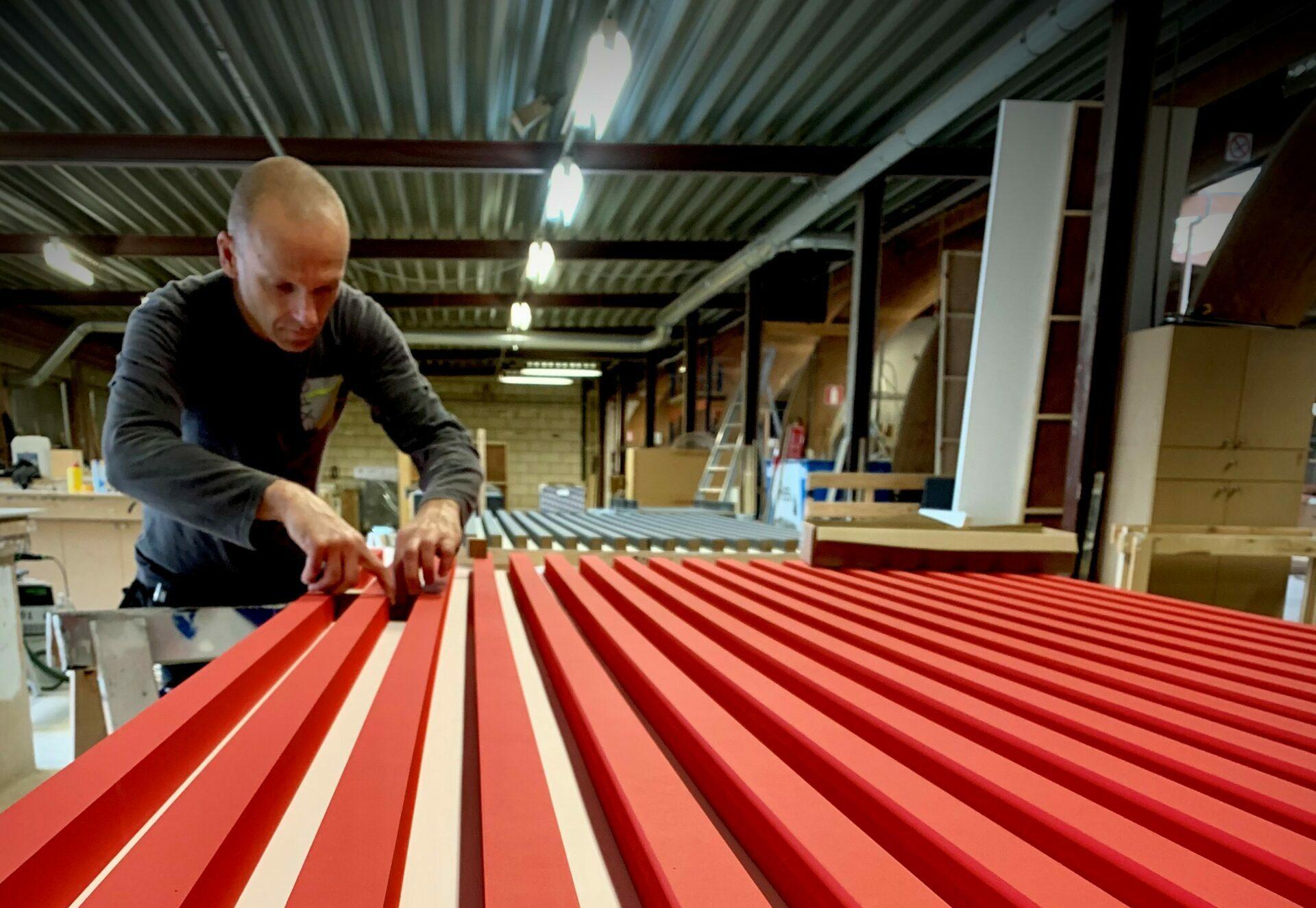 standenbouwer in atelier Expo Z aan het werk aan pop-up shop