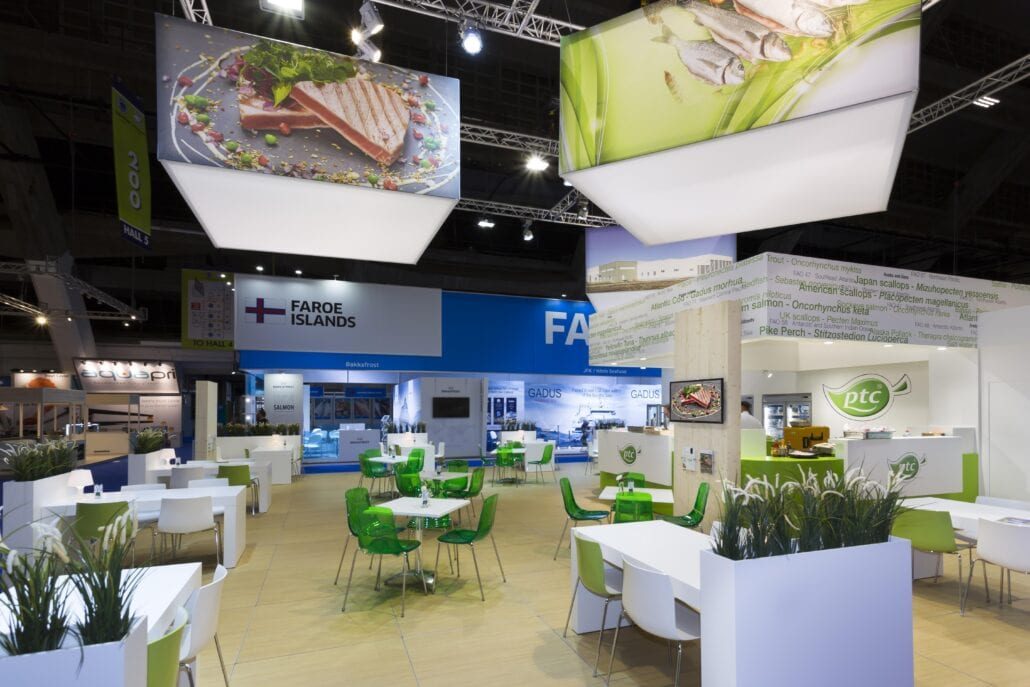 Tafeltjes en stoeltjes in huur beursstand van PTC op Seafood Brussel