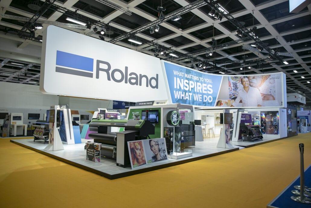Indrukwekkende beursstand met opgehangen constructie aan truss voor Roland DG op Fespa