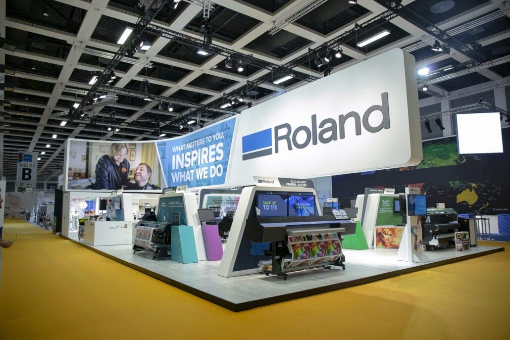 Indrukwekkende beursstand voor Roland DG met grote kleurrijke prints en tussenwanden