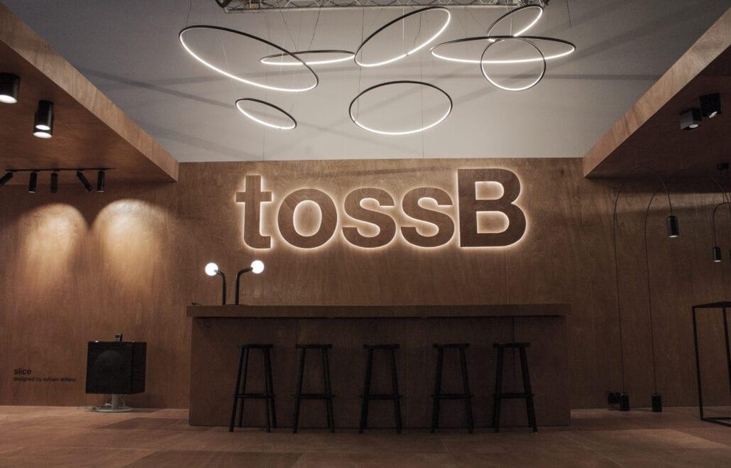 design beursstand volledig in hout met een indirect verlicht logo met LED