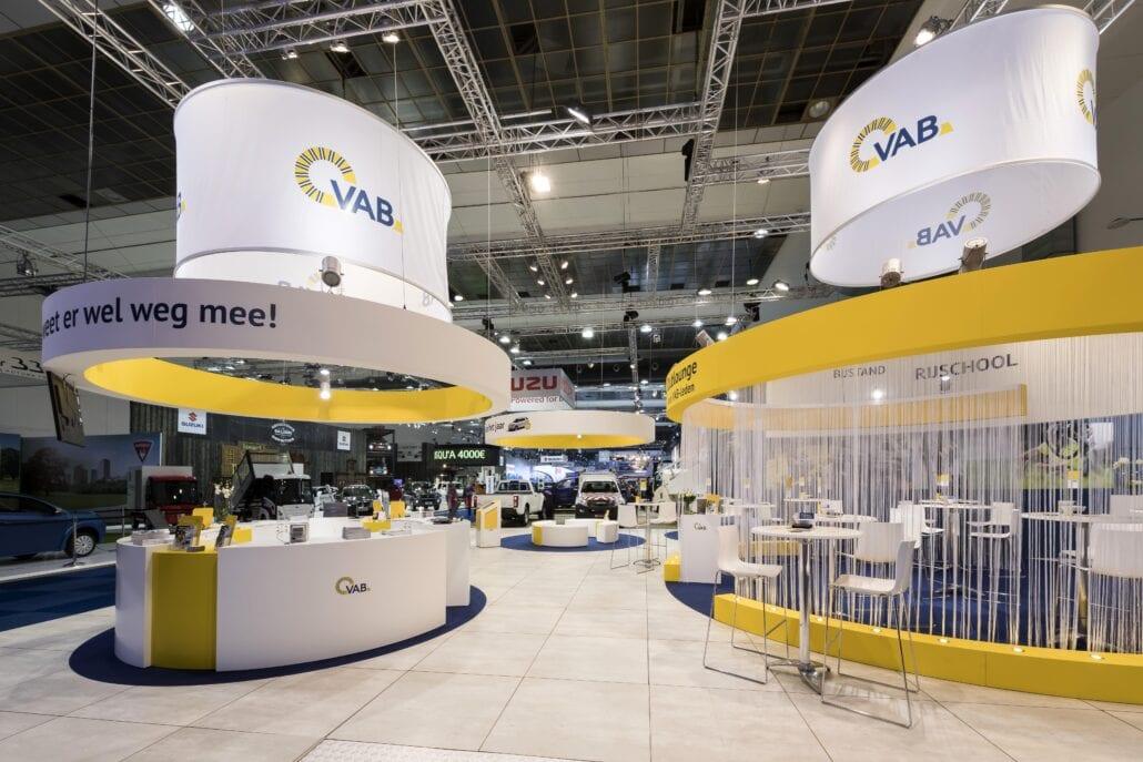 rigging en banners op de beursstand van VAB op Autosalon Brussel