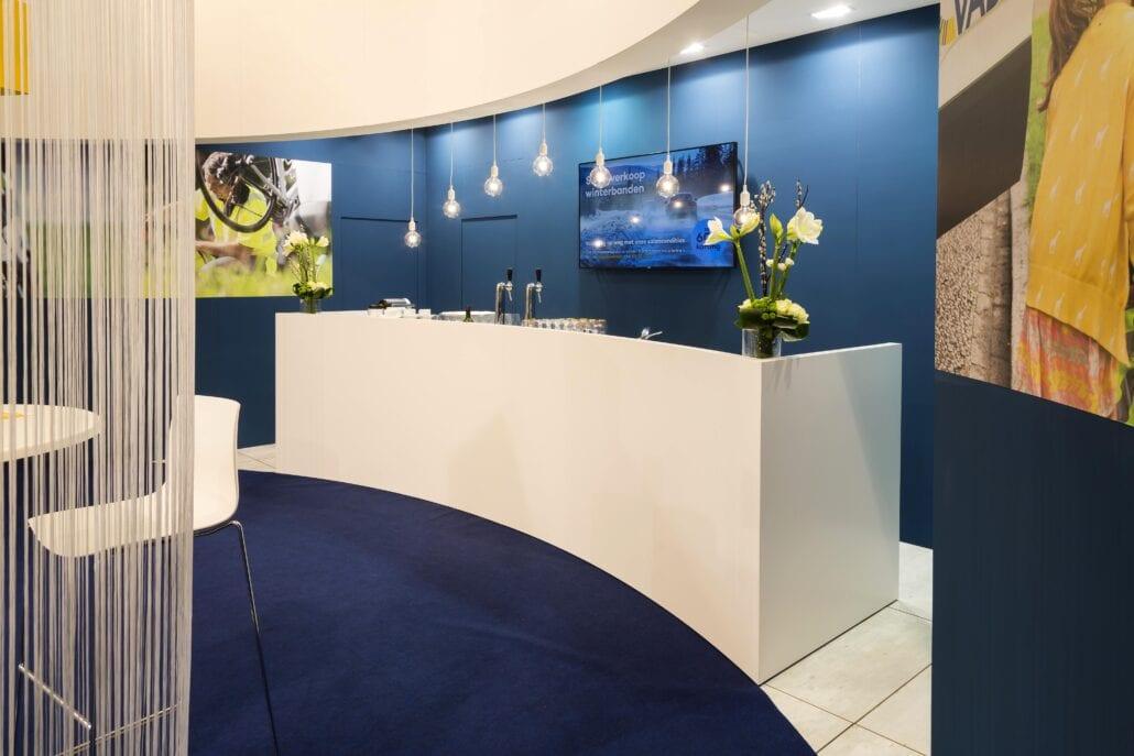 barruimte en toog op de beursstand van VAB op Autosalon Brussel