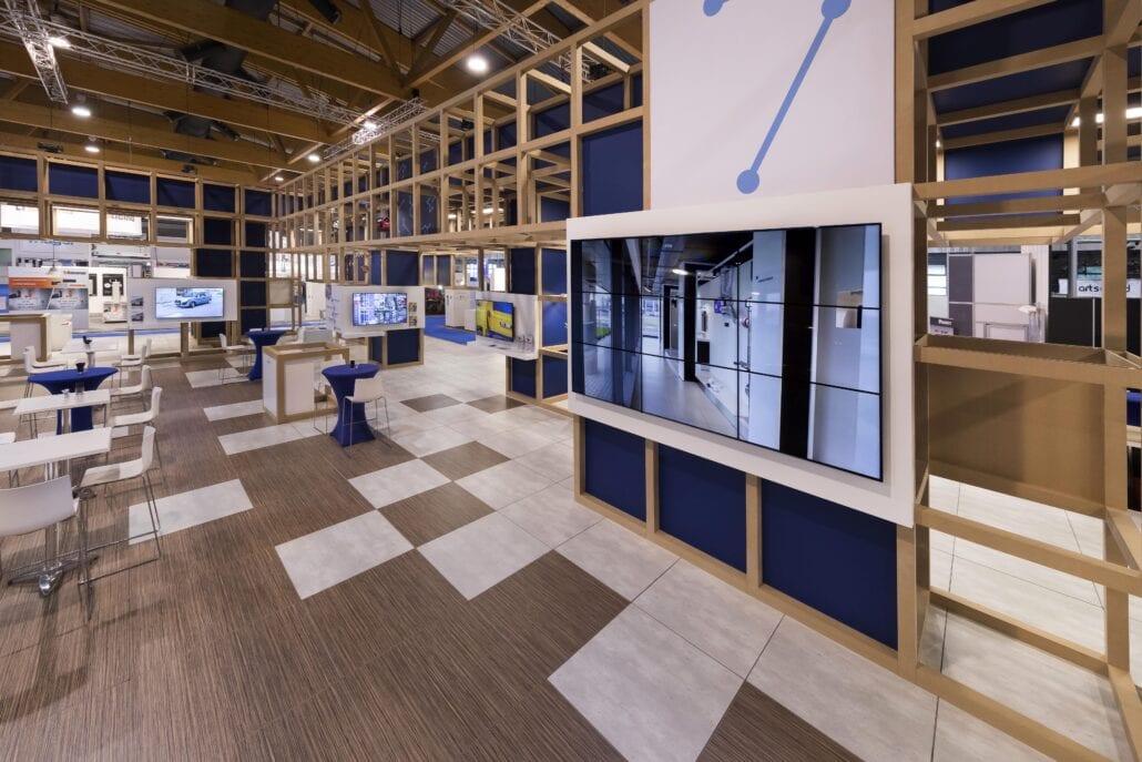 groot geïntegreerd TV-scherm voor een presentatie in deze beursstand voor Cebeo