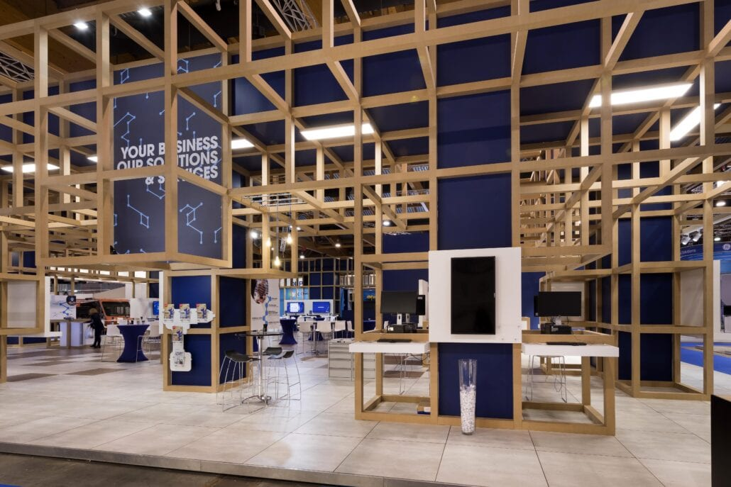 werkplekken met schermen op de beursstand van Cebeo op Technologie te Brussel