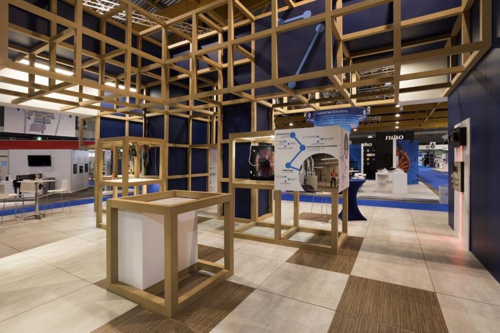 beursstand Cebeo met verhoogde vloer in zebrano en beton op technologie Brussel