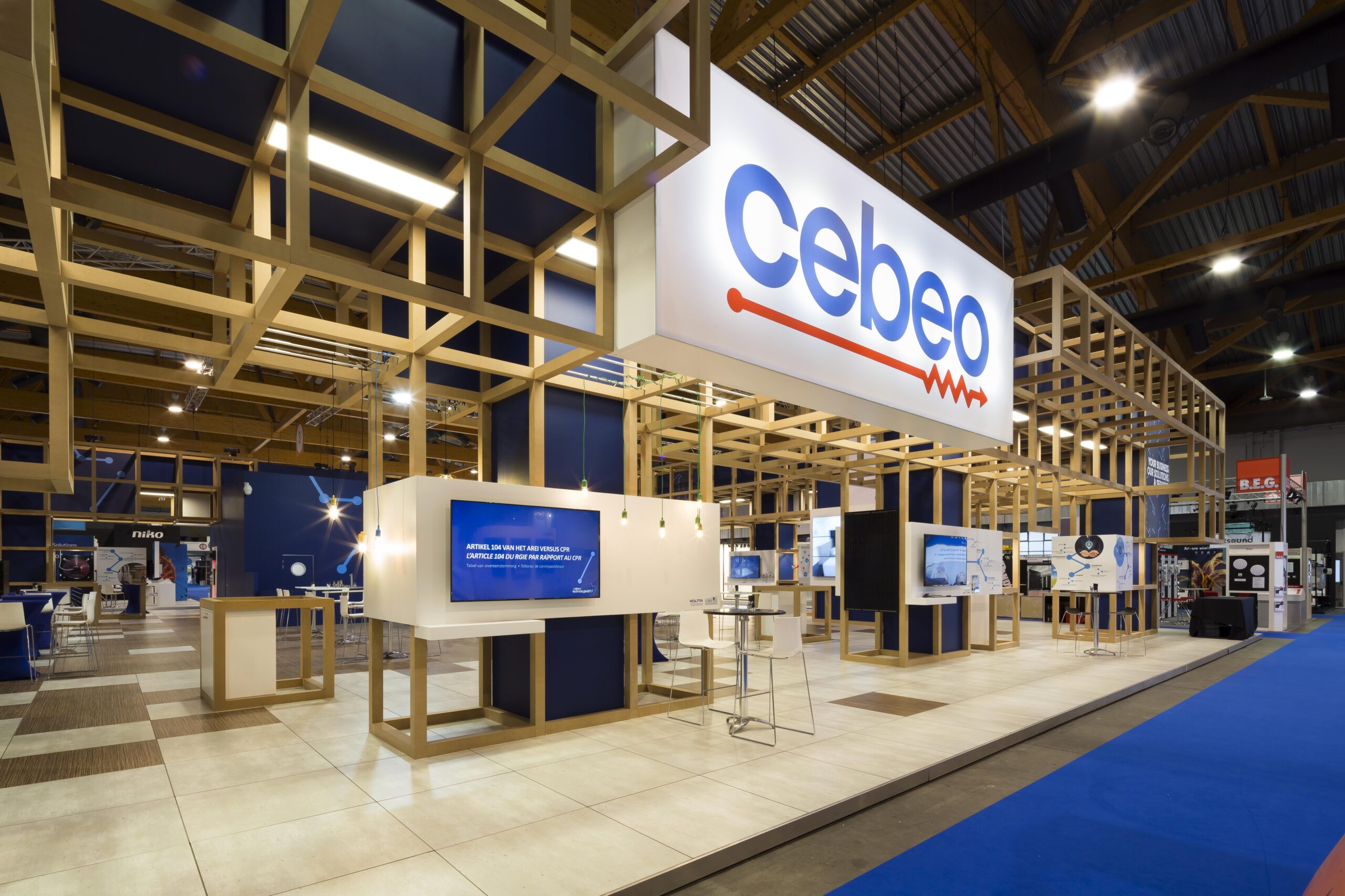 traditionele houtbouw standenbouw met mooie presentatieplekken en een gigantisch logo boven de ingang