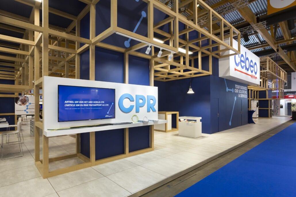 zwevende constructie afgewisseld met strakke presentatieplekken op de beursstand Cebeo
