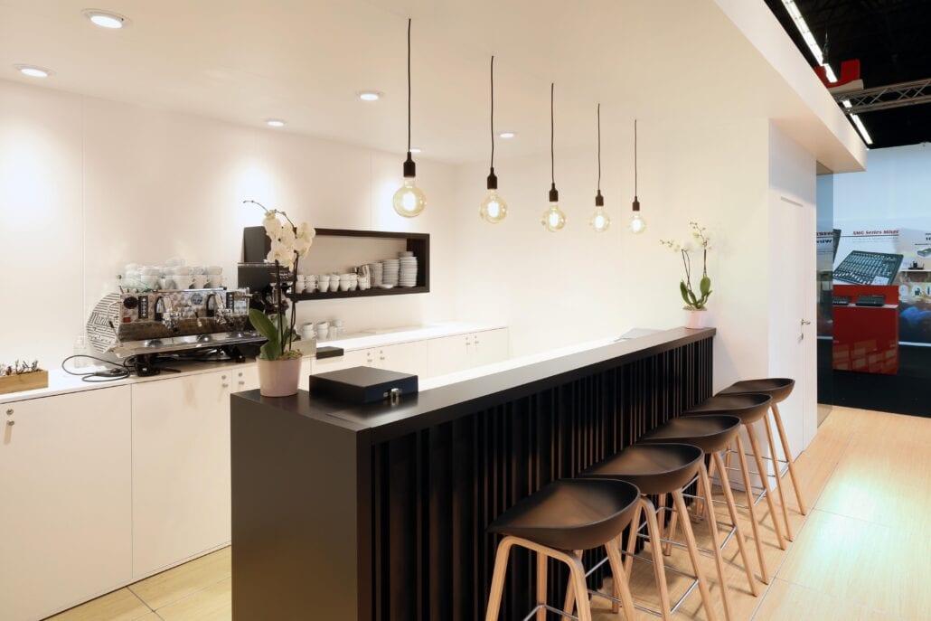 gezellige ingerichte barruimte met barista op de beursstand van Bose ISE Amsterdam