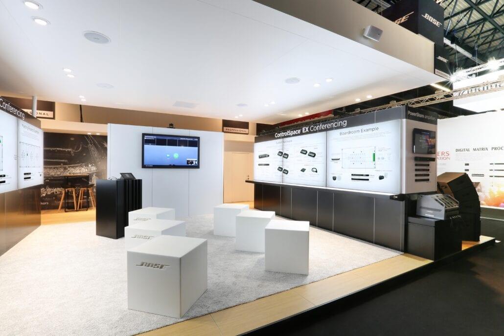 groot TV-scherm op de beursstand van Bose op ISE