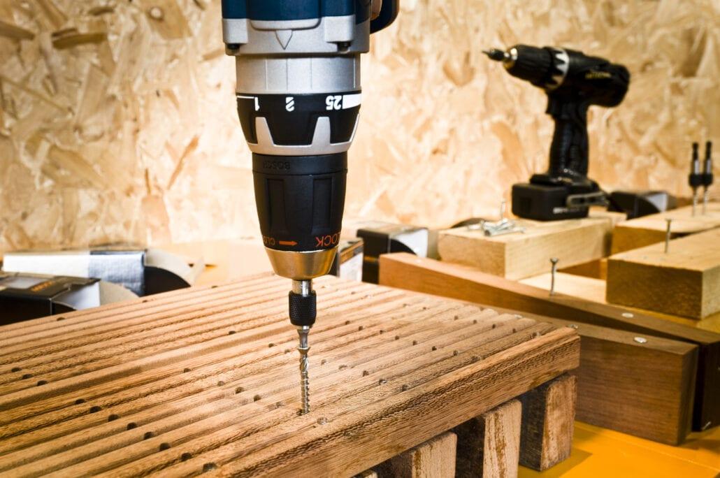 detail schroefmachine die een schroef indraait op beursstand