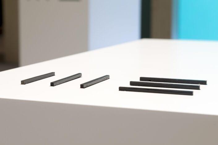 detail logo uitgewerkt op de tafels van de Meubelbeurs Brussel