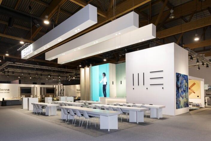 grote bar op de meubelbeurs Brussel met grote tafels
