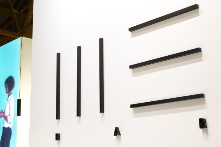 logo detail op houten beurswand bij Meubelbeurs Brussel
