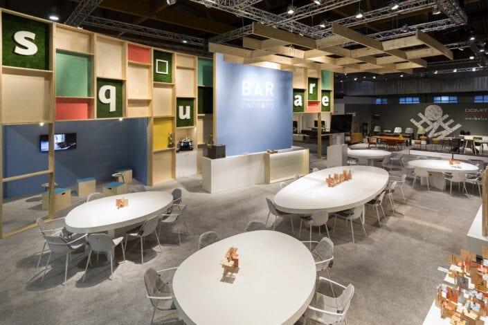 beursstand met grote bar met ovalen tafels op de Meubelbeurs Brussel