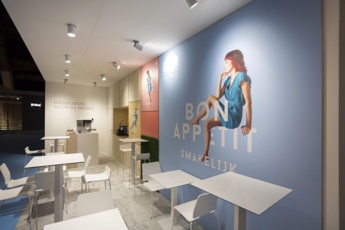 beursstand detail van de grote print achteraan in de kleine bar op Meubelbeurs Brussel