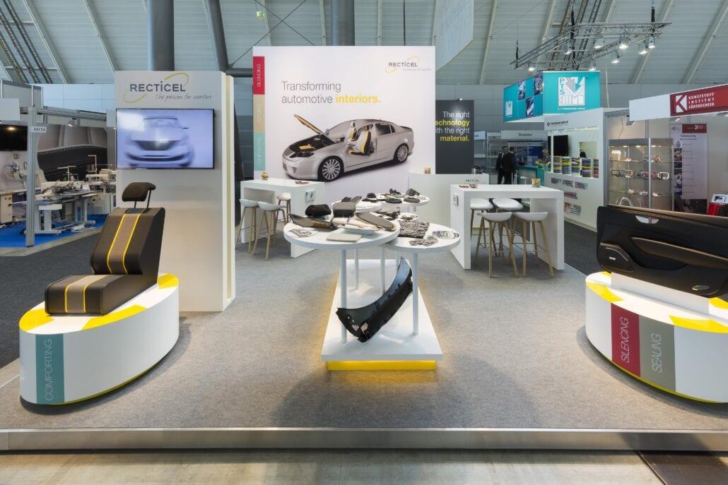 ronde presentatiesokkels met LED verlichting op de stand Recticel