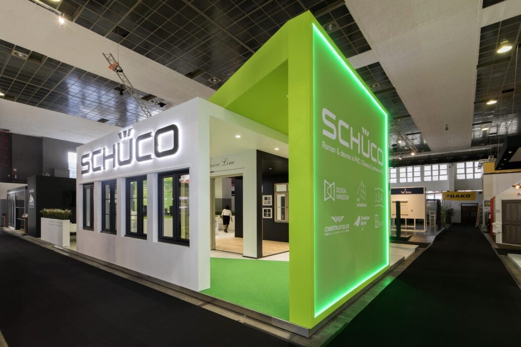 3D logo met indirect licht op de beursstand van Schücco Batibouw
