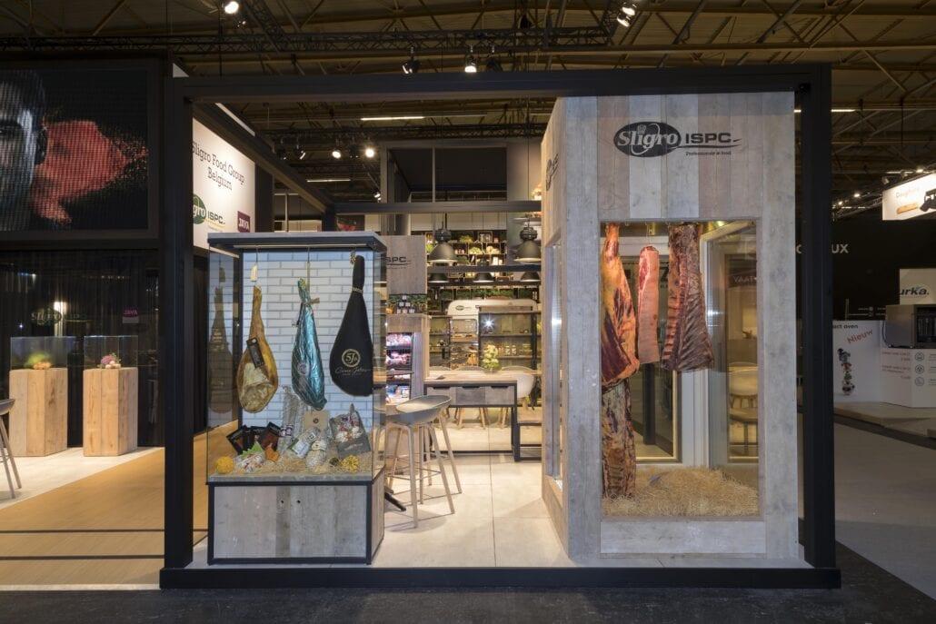 presentatie vitrinekasten met aan de haak gehangen karkassen op beursstand Sligro Horeca Expo