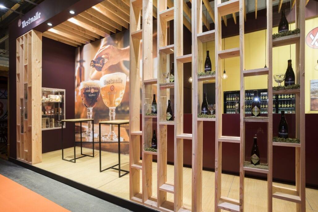 op maat gemaakte presentatie vitrines die aan beide zijden met glas afgesloten op beursstand Westmalle