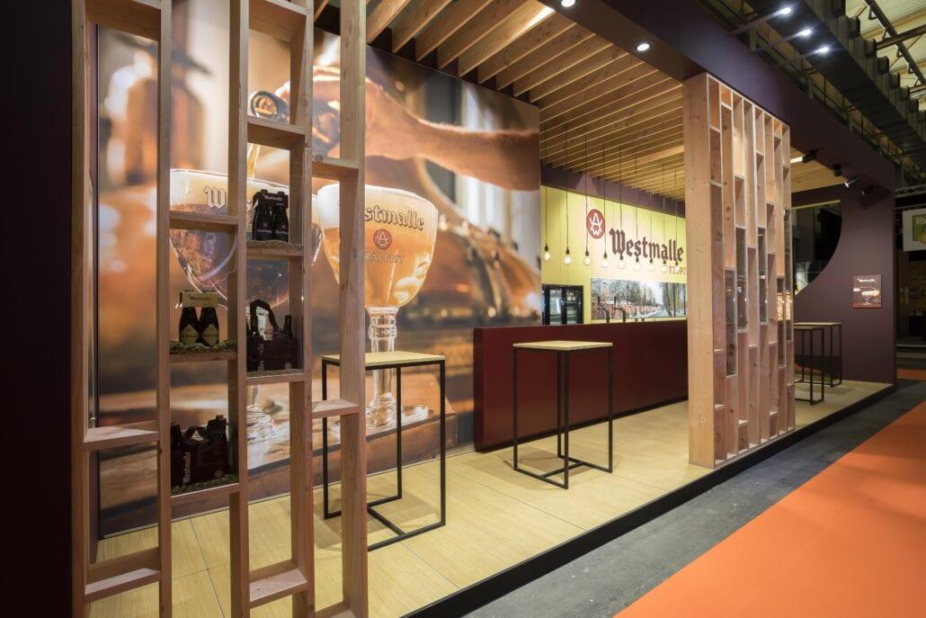 traditionele houtbouw standenbouw voor de stand van brouwerij der Trappisten Westmalle op Horeca Expo Gent