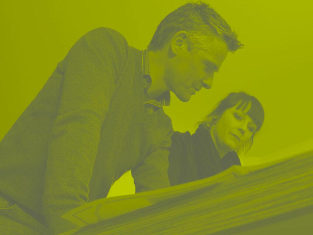 Zaakvoerder Fred en een medewerkster bespreken een ontwerp