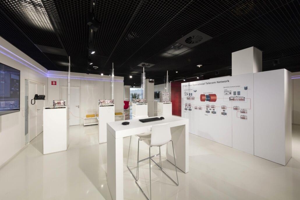 kastenwand en display's interieurbouw showroom OTN systems Olen