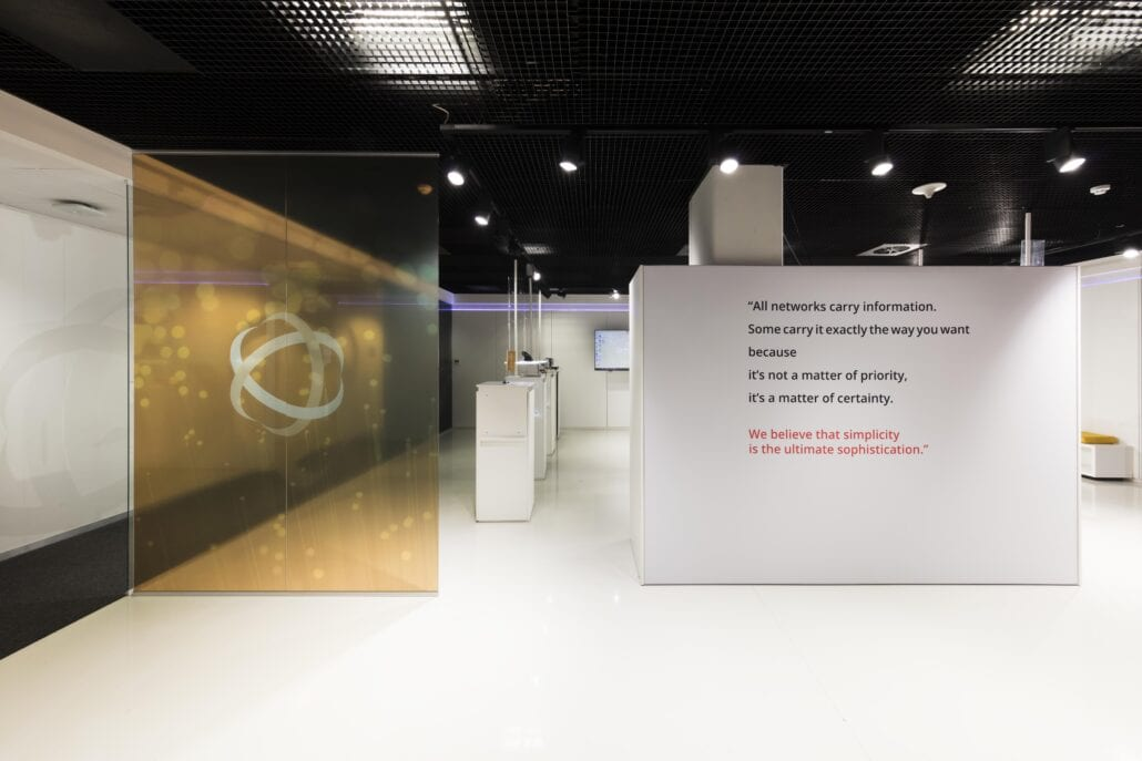 strakke showroom inrichting voor OTN systems in Olen