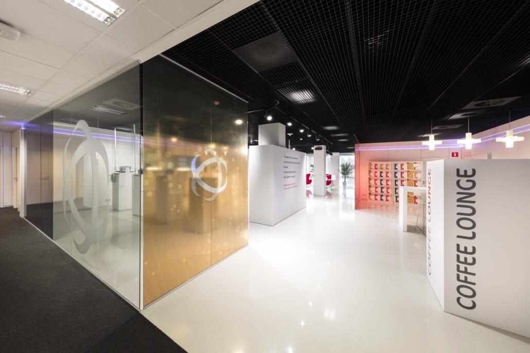 Glazen scheidingswanden interieurbouw showroom OTN systems Olen