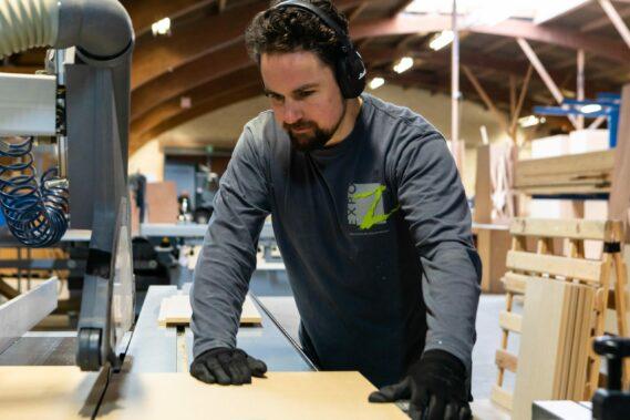 ervaren standenbouwer aan de slag in het atelier van Expo Z in Westmalle