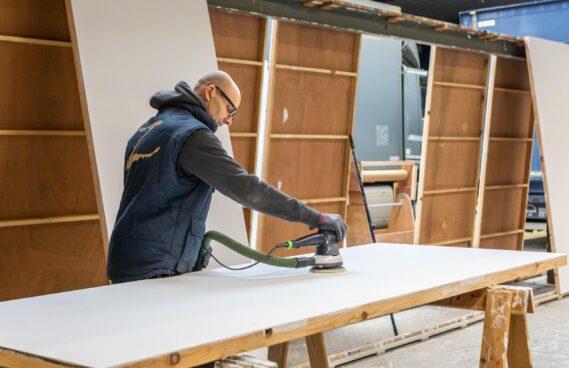 Expo Z standenbouw aan het werk aan een traditionele houtbouw stand