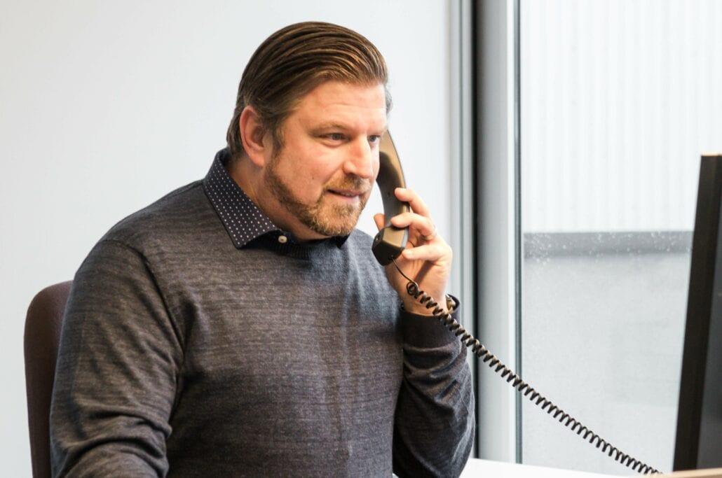 vertegenwoordiger Expo Z in gesprek aan de telefoon